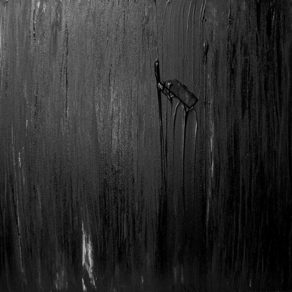 Peinture noire sur toile - Tracés verticaux mats & brillants - Pièce en bois - Matière dense - Art contemporain Bruxelles www.erica-icare.com